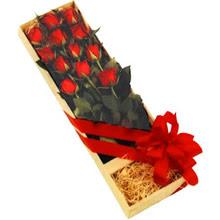 kutuda 12 adet kirmizi gül   Manisa uluslararası çiçek gönderme