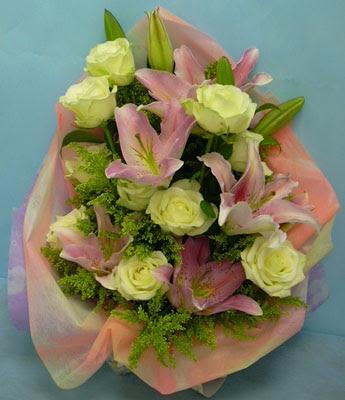 11 adet gül ve 2 adet kazablanka buketi  Manisa yurtiçi ve yurtdışı çiçek siparişi