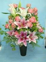 Manisa yurtiçi ve yurtdışı çiçek siparişi  cam vazo içerisinde 21 gül 1 kazablanka