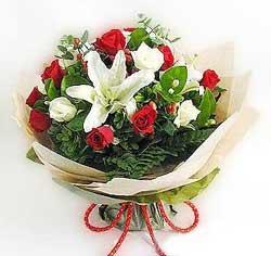 güller ve kazablanklardan görsel bir buket  Manisa yurtiçi ve yurtdışı çiçek siparişi