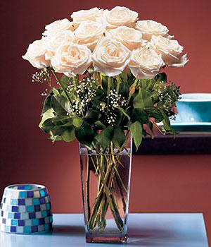 Manisa ucuz çiçek gönder  Cam yada mika vazo içerisinde 12 gül