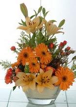 Manisa çiçekçi mağazası  cam yada mika vazo içinde karisik mevsim çiçekleri