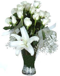 cam içerisinde 11 beyaz gül ve 1 kazablanka  Manisa güvenli kaliteli hızlı çiçek
