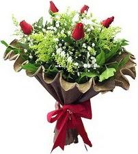 Manisa çiçek gönderme sitemiz güvenlidir  5 adet kirmizi gül buketi demeti