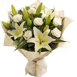 Manisa çiçek , çiçekçi , çiçekçilik  3 dal kazablanka ve 7 adet beyaz gül buketi