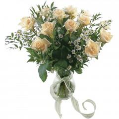 Vazoda 8 adet beyaz gül  Manisa çiçek satışı