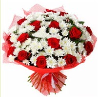 11 adet kırmızı gül ve beyaz kır çiçeği  Manisa yurtiçi ve yurtdışı çiçek siparişi
