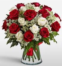 Vazoda 12 kırmızı 12 beyaz gül tanzimi  Manisa çiçekçi telefonları