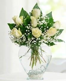 Cam içerisinde 7 adet beyaz gül  Manisa çiçek gönderme