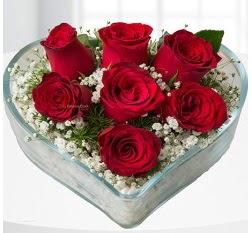 Kalp içerisinde 7 adet kırmızı gül  Manisa çiçekçi mağazası