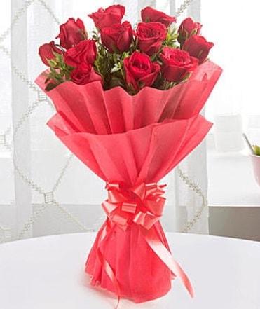 12 adet kırmızı gülden modern buket  Manisa uluslararası çiçek gönderme