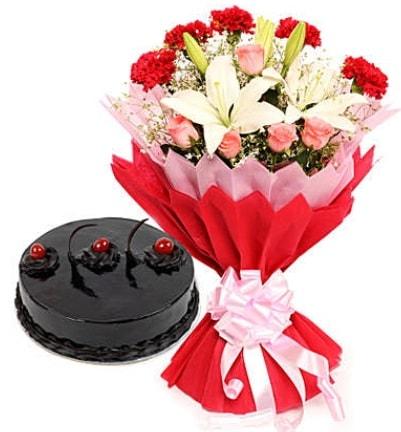 Karışık mevsim buketi ve 4 kişilik yaş pasta  Manisa kaliteli taze ve ucuz çiçekler